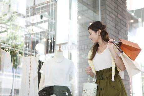 ウィンドーショッピングをする女性の写真素材 [FYI01303555]