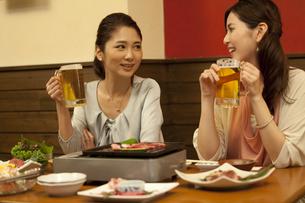 話をしている女性2人の写真素材 [FYI01303696]