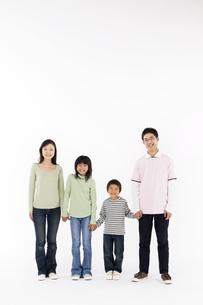 手を繋ぐ4人家族の写真素材 [FYI01303710]