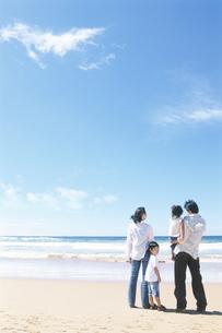 海を眺める家族4人の写真素材 [FYI01303718]