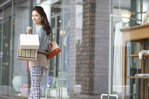 買い物をする女性の写真素材 [FYI01303727]
