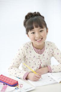 勉強している女の子の写真素材 [FYI01303729]