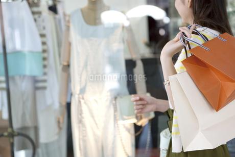 ウィンドーショッピングをする女性の写真素材 [FYI01303733]