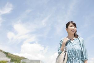 遠くを眺める中高年女性の写真素材 [FYI01303737]