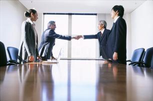 握手をするビジネスマンの写真素材 [FYI01303743]