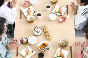 4人家族の食卓イメージの写真素材 [FYI01303762]