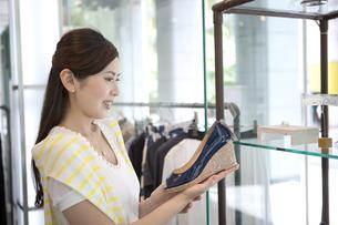 買い物をする女性の写真素材 [FYI01303769]