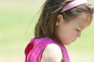 うつむく女の子の横顔の写真素材 [FYI01303771]