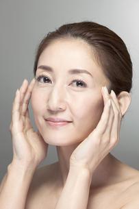 中高年女性の美容イメージの写真素材 [FYI01303801]