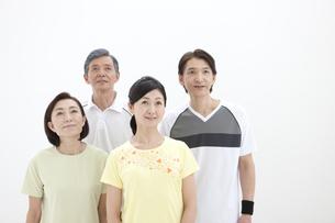 スポーツウエア姿の中高年男女4人の写真素材 [FYI01303832]