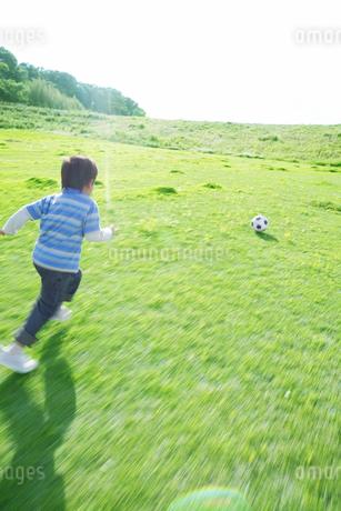 サッカーボールで遊ぶ男の子の写真素材 [FYI01303869]