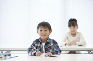 勉強する男の子の写真素材 [FYI01303889]