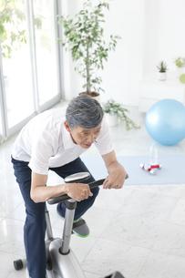 ジムで運動する中高年男性の写真素材 [FYI01303900]