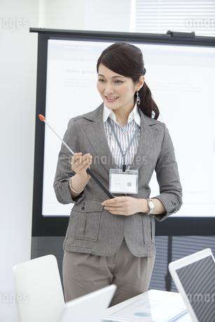 プレゼン中のビジネスウーマンの写真素材 [FYI01303901]