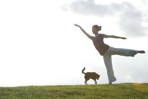 芝生の上でポーズをとる女性の写真素材 [FYI01303908]
