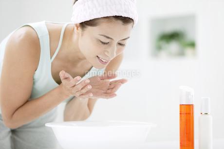 洗顔をする中高年女性の写真素材 [FYI01303916]