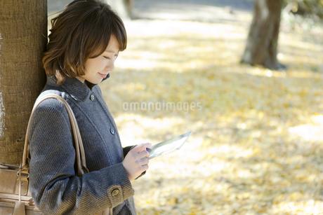 タブレットPCを見る女性の写真素材 [FYI01303986]