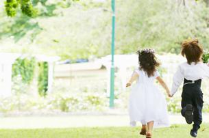 走る子供の新郎新婦の写真素材 [FYI01304007]