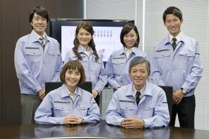 作業服を着た男女6人のポートレートの写真素材 [FYI01304022]
