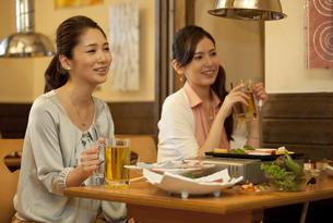 笑顔の女性2人の写真素材 [FYI01304029]