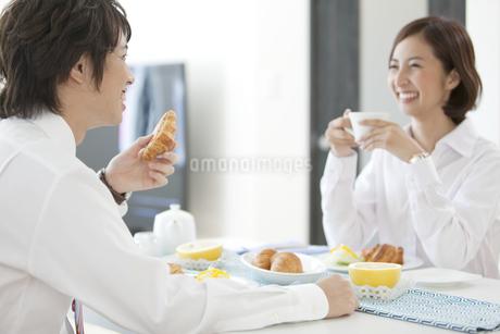 朝食中の夫婦の写真素材 [FYI01304047]