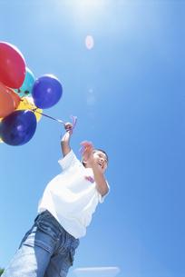 風船を持った男の子の写真素材 [FYI01304049]