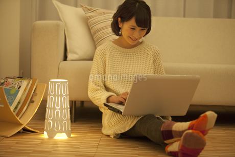 ノートパソコンを操作する女性の写真素材 [FYI01304108]