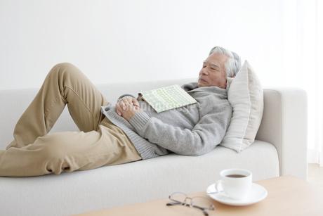 ソファーで眠る中高年男性の写真素材 [FYI01304113]