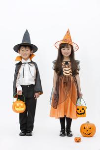 ハロウィンの衣装を着た男の子と女の子の写真素材 [FYI01304147]