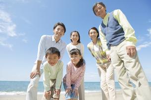 海岸で覗き込む3世代家族の写真素材 [FYI01304183]