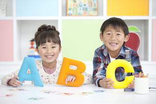 アルファベットのオブジェを持つ子供2人の写真素材 [FYI01304200]