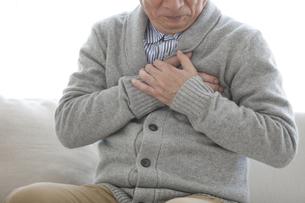 胸を押さえる中高年男性の写真素材 [FYI01304209]