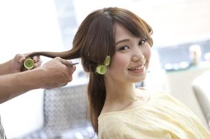 髪にカーラーを巻く女性の写真素材 [FYI01304236]