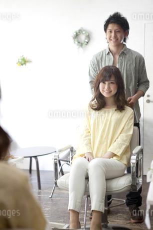 笑顔の美容師と女性の写真素材 [FYI01304241]