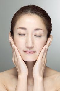 中高年女性の美容イメージの写真素材 [FYI01304250]