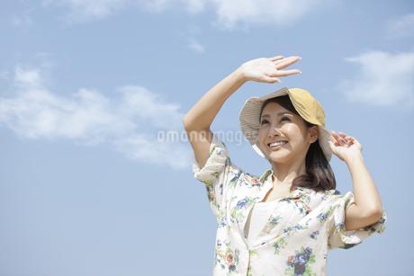 空に手をかざす女性の写真素材 [FYI01304268]