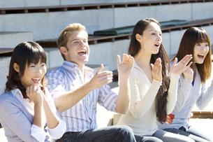 観客席で拍手をする男女の写真素材 [FYI01304321]