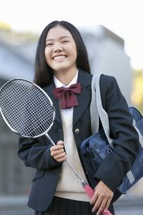バドミントンのラケットを持つ女子校生の写真素材 [FYI01304328]