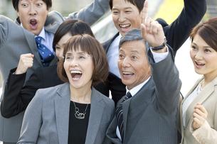 喜ぶビジネスマンとビジネスウーマン6人の写真素材 [FYI01304335]