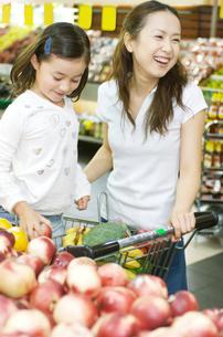買い物をする親子の写真素材 [FYI01304339]