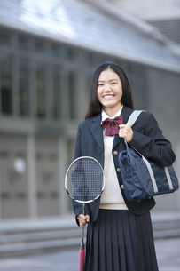 バドミントンのラケットを持つ女子校生の写真素材 [FYI01304394]