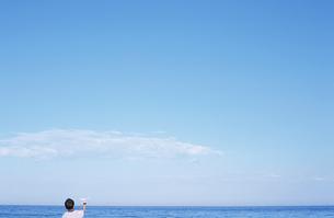 海を眺める男の子の写真素材 [FYI01304397]