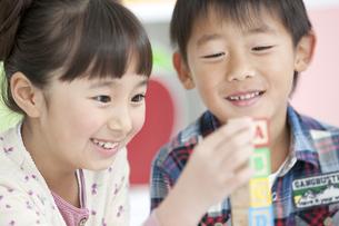 積み木で遊ぶ男の子と女の子の写真素材 [FYI01304415]