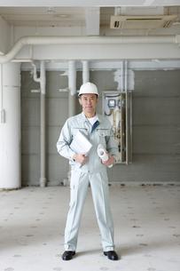 建設現場に立つ男性作業員の写真素材 [FYI01304459]