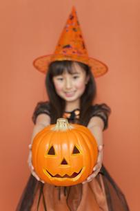 ハロウィンのカボチャを持つ女の子の写真素材 [FYI01304508]