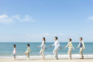 海岸を歩く3世代家族の写真素材 [FYI01304530]