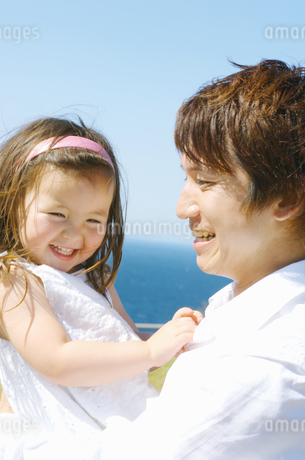 女の子を抱っこする父親の写真素材 [FYI01304556]
