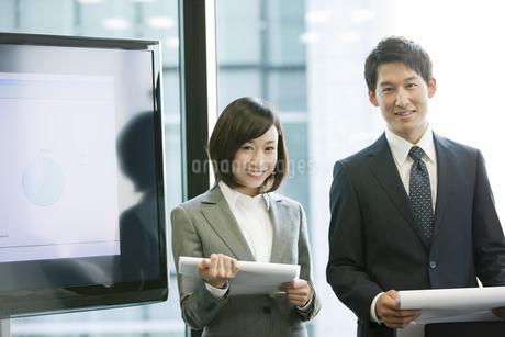 笑顔のビジネス男女2人の写真素材 [FYI01304578]