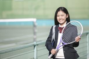 テニスラケットを持つ女子校生の写真素材 [FYI01304589]