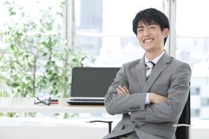 笑顔のビジネスマンの写真素材 [FYI01304590]